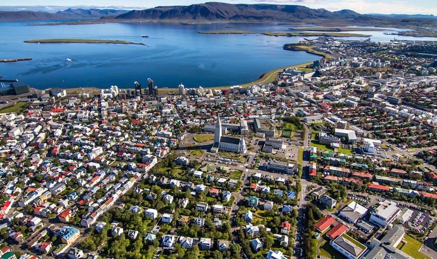 Panorama lotnicza Reykjavíku.