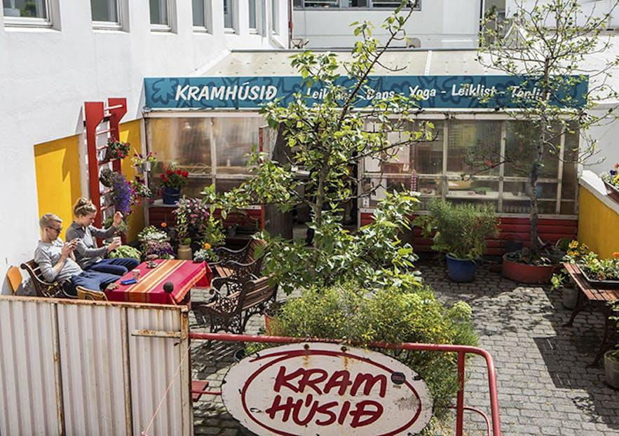 Studio Kramhúsið z zewnątrz w słoneczny dzień.