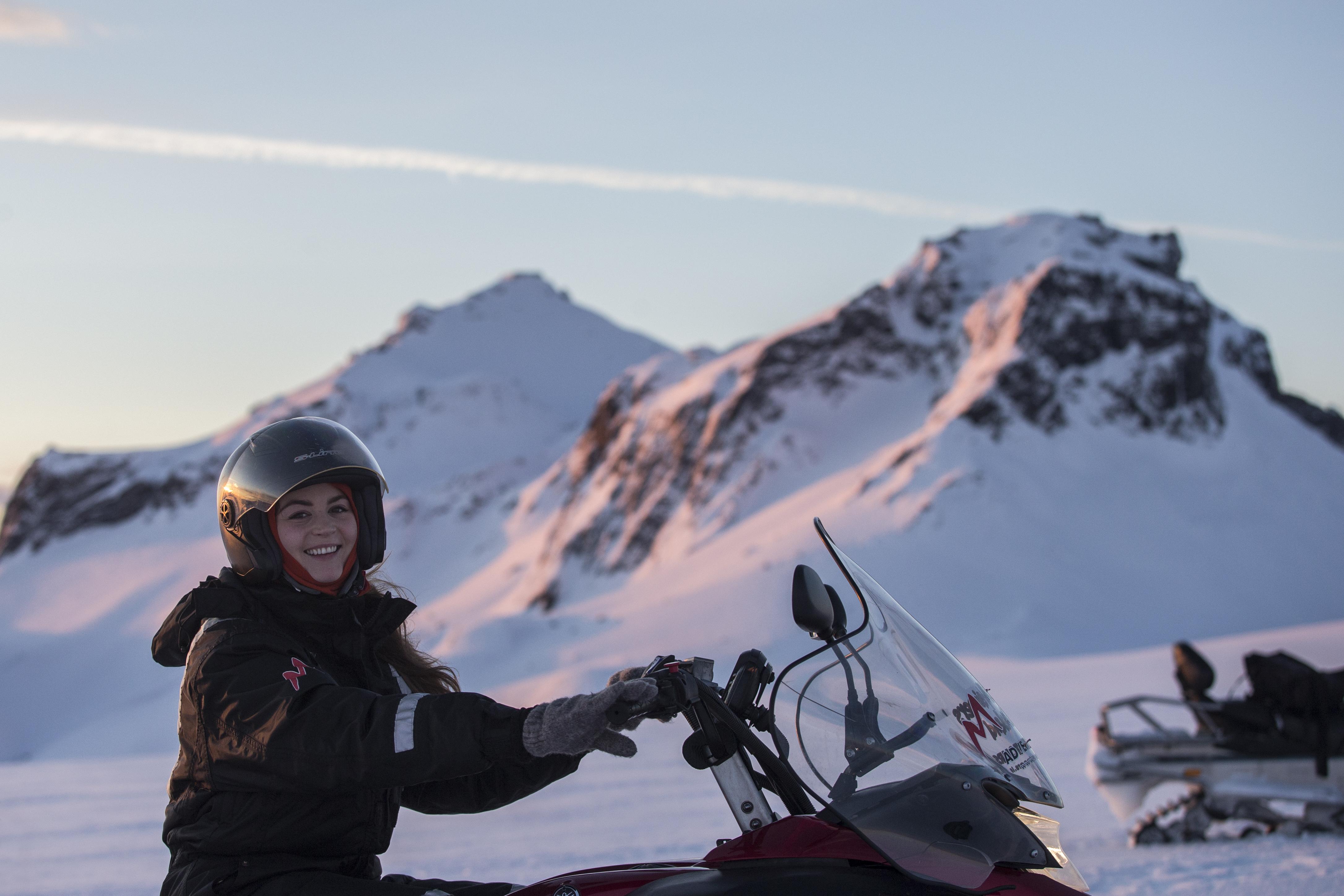 アイスランドの雄大な氷河の上でスノーモービルを走らせてみよう!