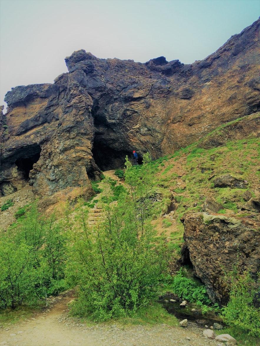 Die Stufen, die aus der Höhle zum Fluss führen