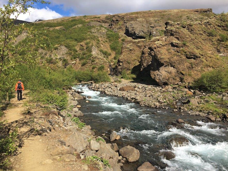 Der Pfad führt idyllisch am (und über den) Fluss