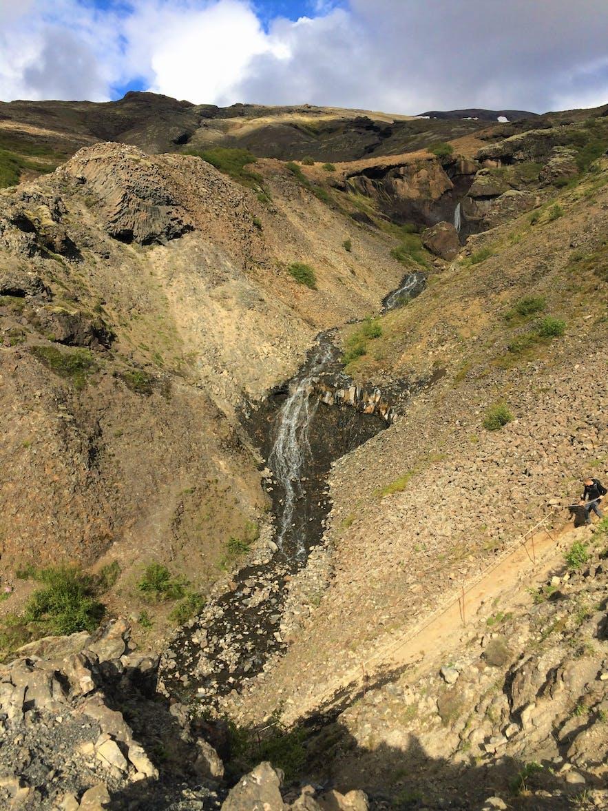 Der Weg zum Wasserfall Glymur ist abwechslungsreich