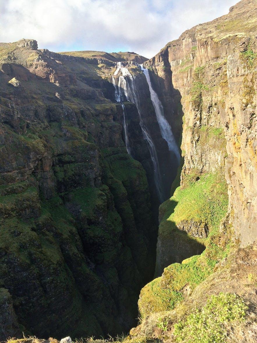 Der Wasserfall Glymur zeigt sich ein erstes Mal