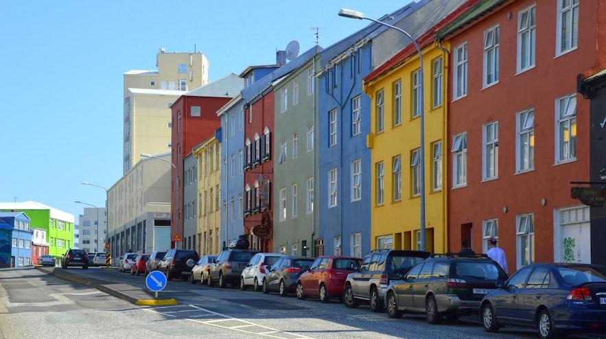 Een typische straat in Reykjavík met gekleurde huizen.