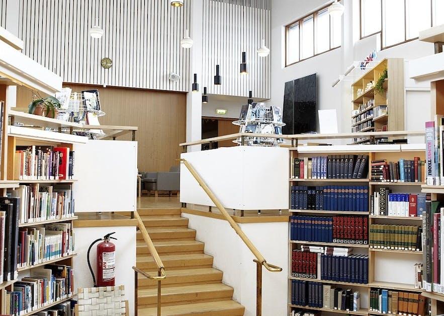 Biblioteka pełna autentycznych nordyckich skarbów.