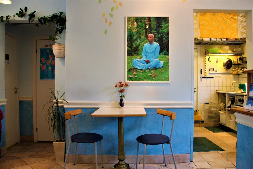A portrait of Sri Chinmoy himself can be seen on the wall