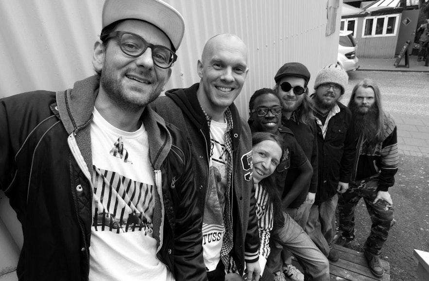 신나는 음악을 들려주는 RVK 사운드시스템 DJ와 멤버들