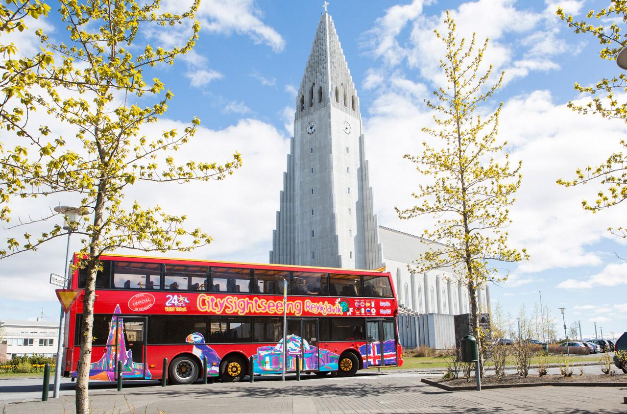 El autobús turístico de la ciudad a su paso por la Iglesia Luterana y su punto de referencia cultural, Hallgrímskirkja.