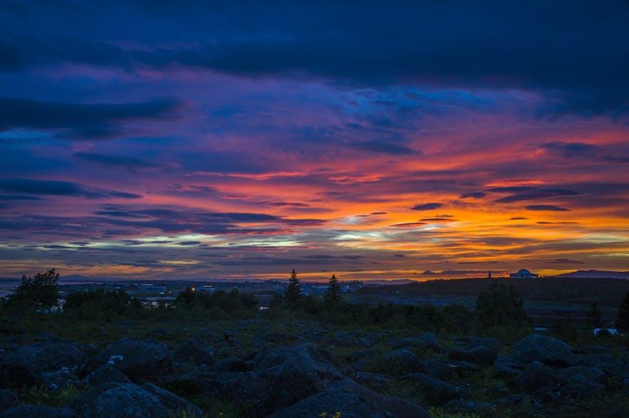 Kolorowy zachód słońca nad polem lawowym Kársnes.