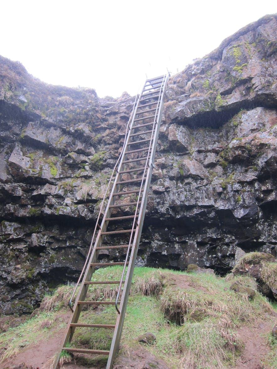 洞窟に降りるのはこんな階段を使います
