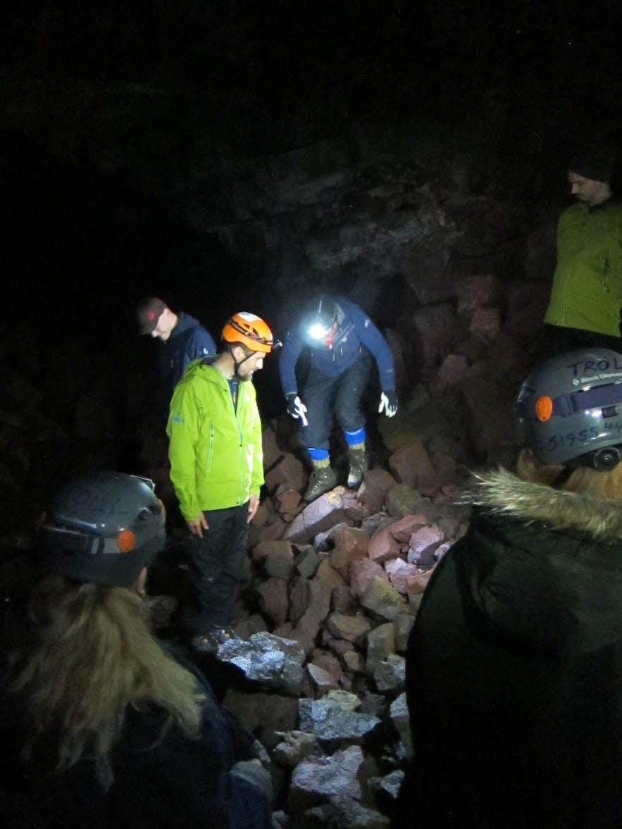 ガイドが洞窟について色々と説明しました