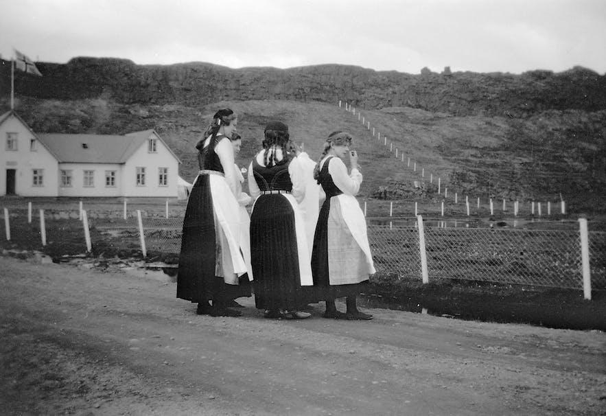 伝統衣装を着るアイスランドの女性達