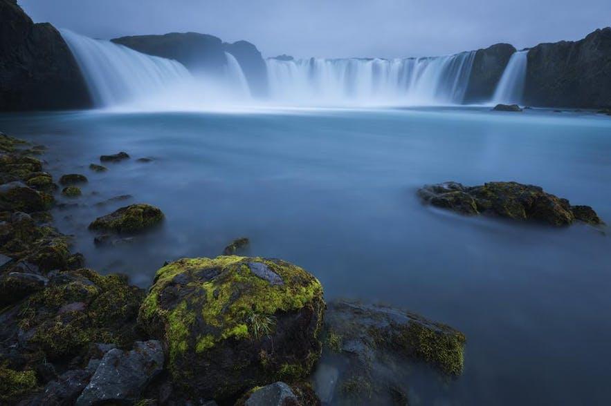 아이슬란드 북부에는 신들의 폭포라는 이름을 가진 고다 포스가 있습니다. 여름에 찍은 사진.