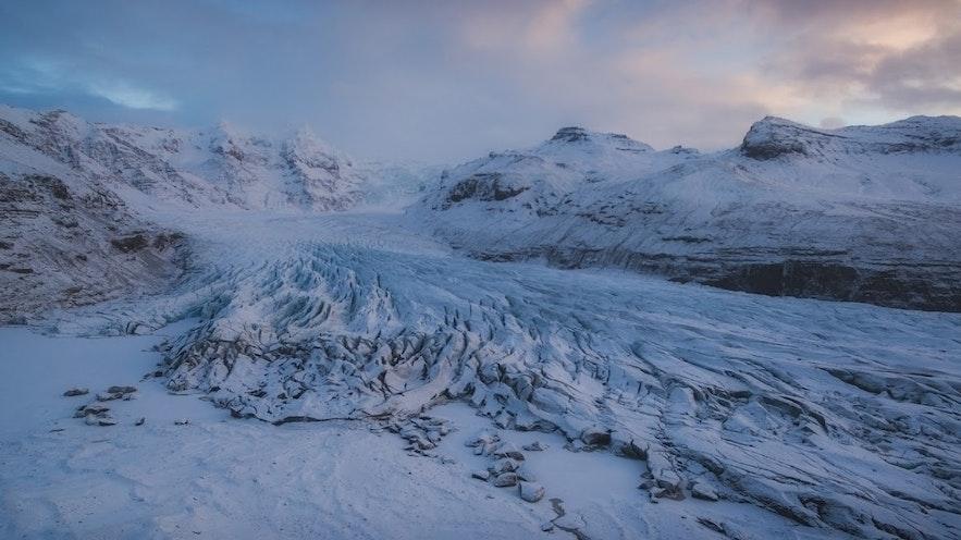 Zachód słońca nad jednym z islandzkich lodowców.