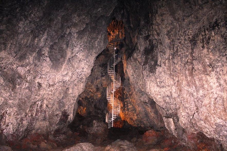斯奈山半岛瓦汀舍利尔(Vatnshellir)洞穴深入地下35米