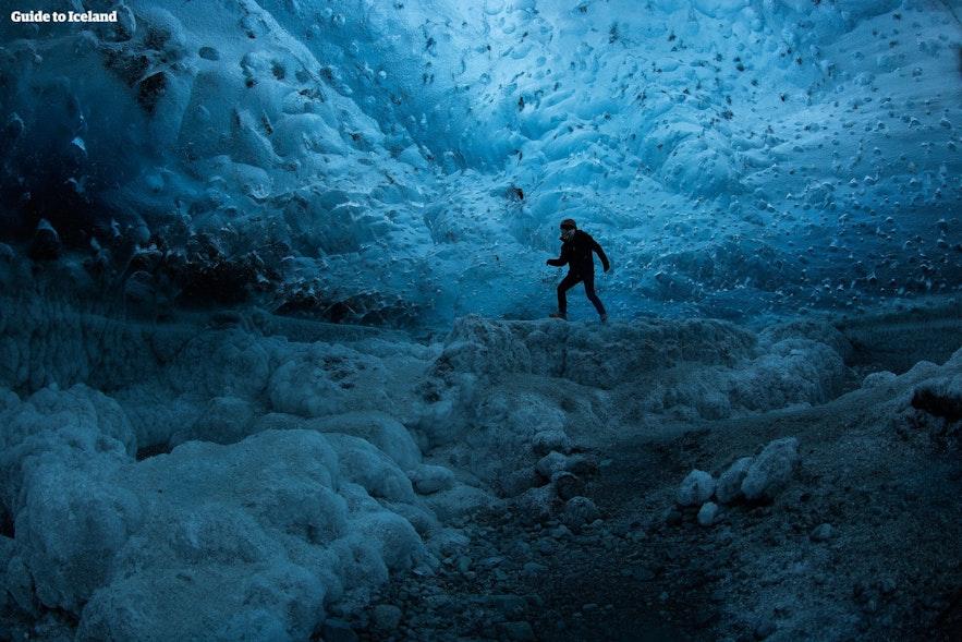 本格的なアイスケーブに入ってみない?アイスランド東部のスーパーブルーは冬場の観光の目玉