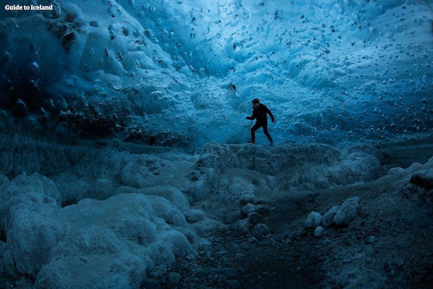 Un exploit audacieux dans une authentique grotte de glace