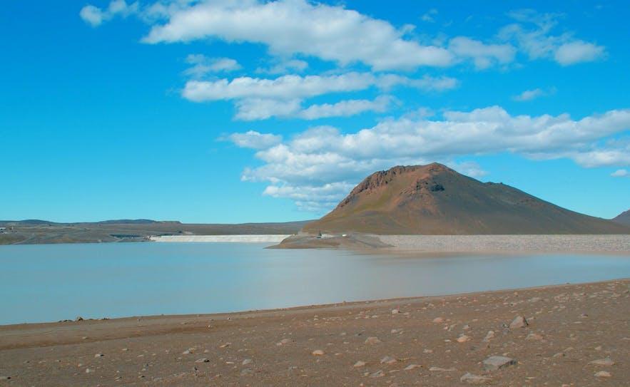 The artificial reservoir, Hálslón, now makes up 40 km of the Jokla's length.