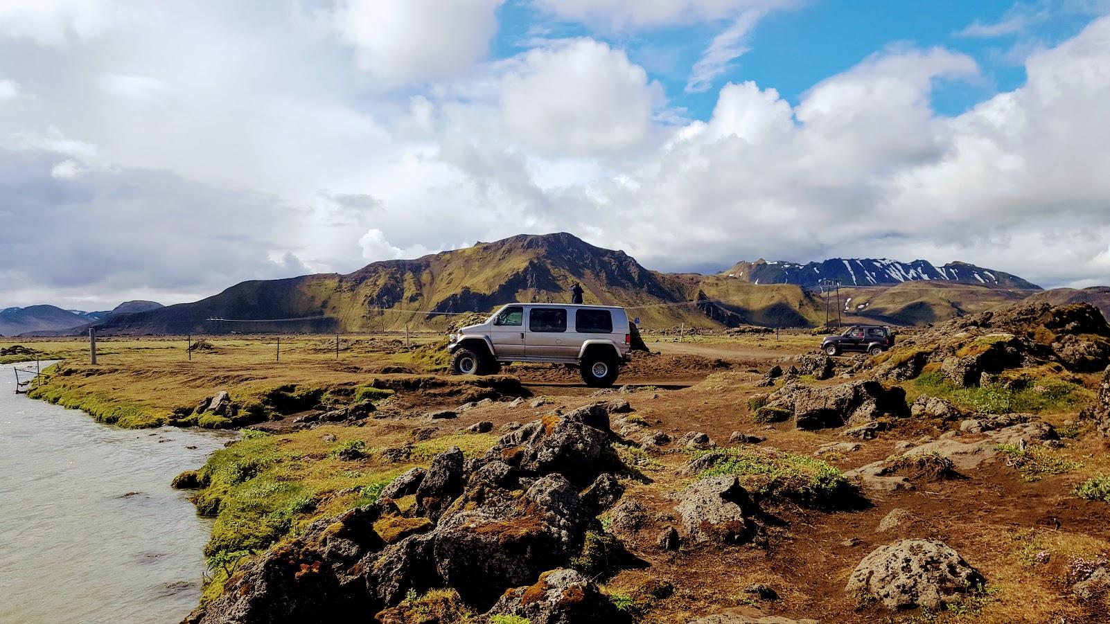 En superjeep krävs för att ta sig över floden och den oländiga terrängen vid Landmannalaugar.