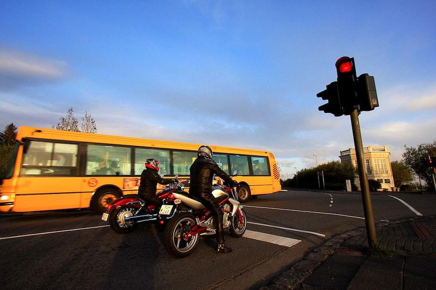 시내버스는 눈에 잘 띄는 노란색입니다.