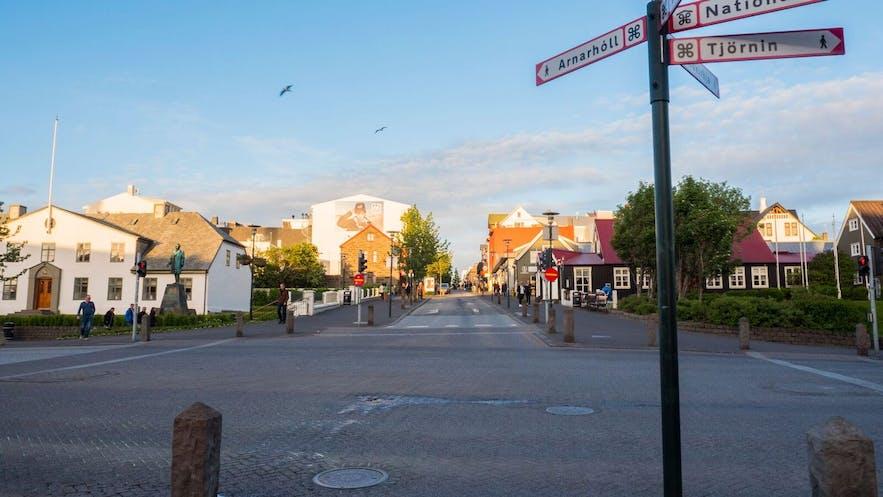 レイキャビクのメイン・ストリート、ロイガヴェーグル