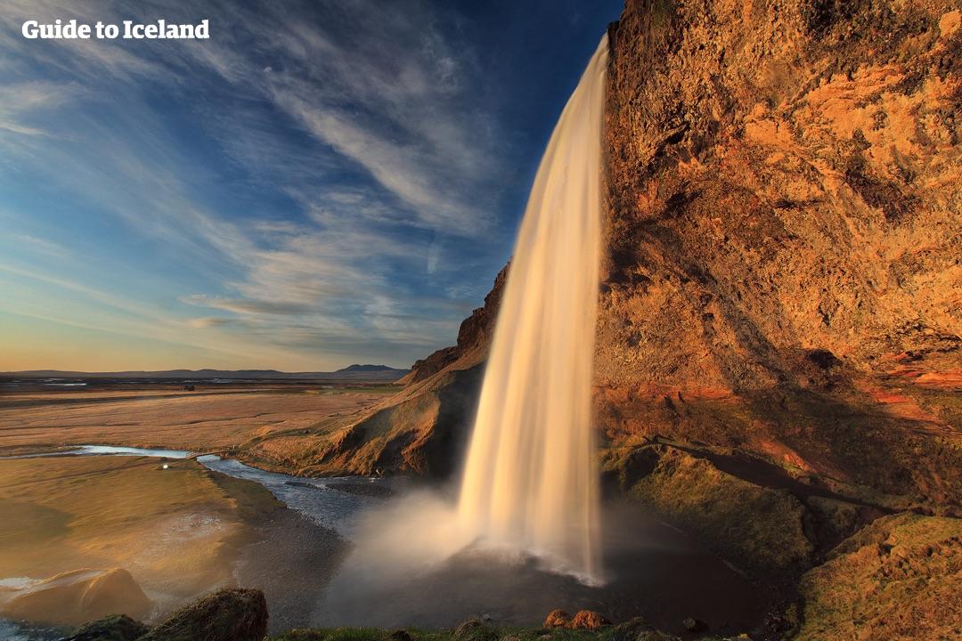 Klify wzdłuż południowego wybrzeża mają wiele wodospadów, wśród nich jest słynny Seljalandsfoss.