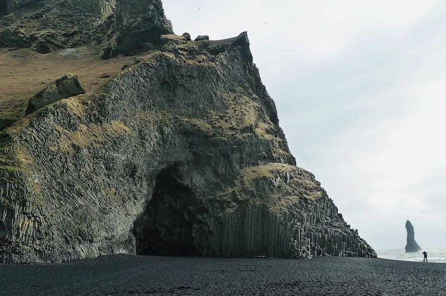 冰岛南岸维克镇旁黑沙滩的火山岩壁山崖