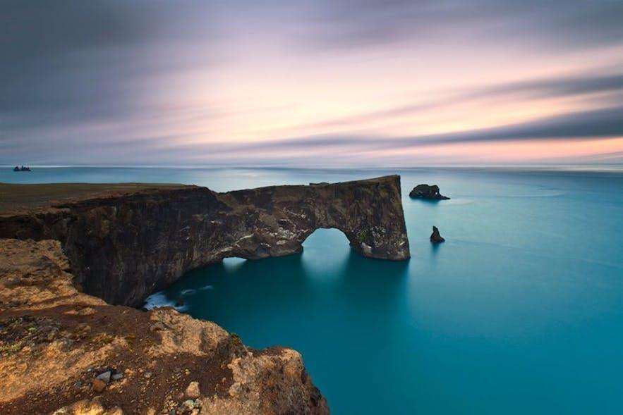 冰岛南岸的迪霍拉里海岬Dyrhólaey