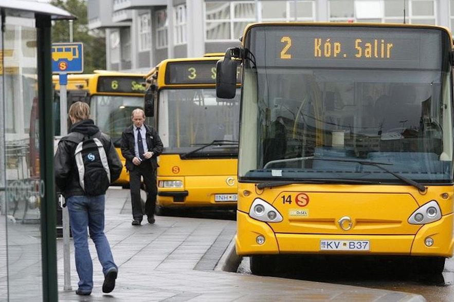 冰岛街头的黄色巴士就是冰岛的公交车