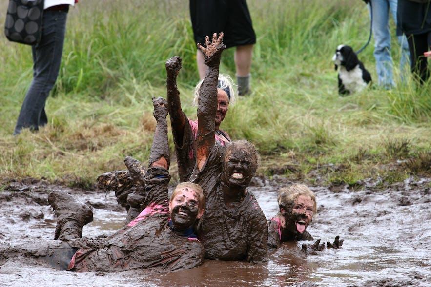 Compétition de foot dans la boue en Islande en aout : un événement annuel en aout