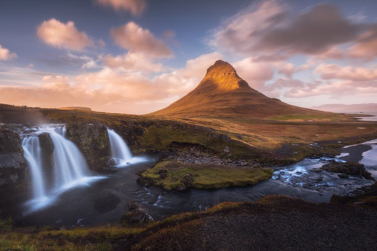 Słynna góra Kirkjufell na półwyspie Snaefellsnes to jedna z najczęściej odwiedzanych lokalizacji w trakcie urlopu na Islandii.