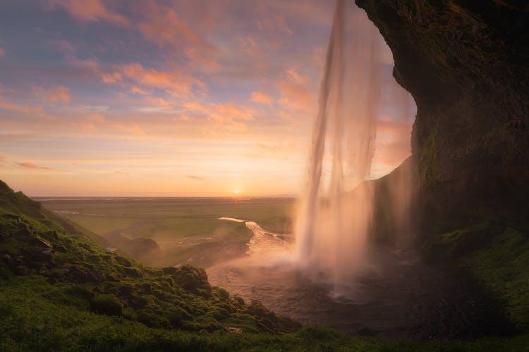 Jeżeli masz ochotę możesz obejść wodospad Seljalandsfoss dookoła, korzystając ze ścieżki.