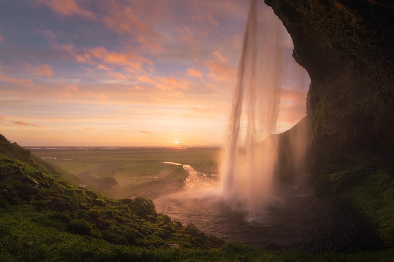 """在冰岛南部塞里雅兰瀑布(Seljalandsfoss)后面有一条可穿性的步道,令""""穿越塞里雅兰瀑布""""成为了游人到冰岛南岸必做的事情之一"""