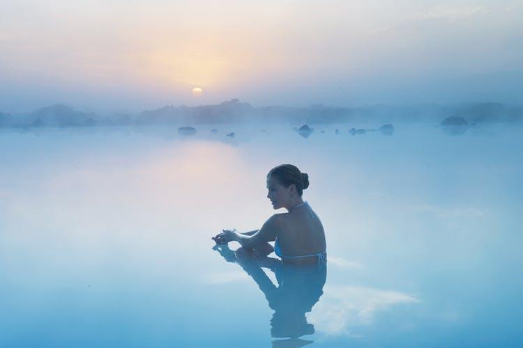 Relaja la tensión del viaje en las aguas ricas en minerales del spa geotérmico de la Laguna Azul.