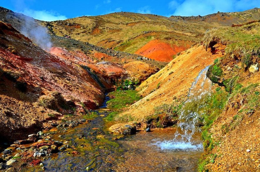 레이캬달루르 계곡의 온천은 온천욕을 즐길 수 있을 정도로 강물을 따뜻하게 만듭니다.