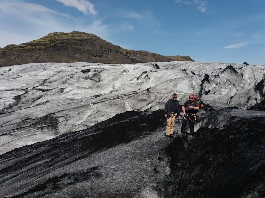 arrêt explication du guide lors de la randonnée sur glacier en Islande