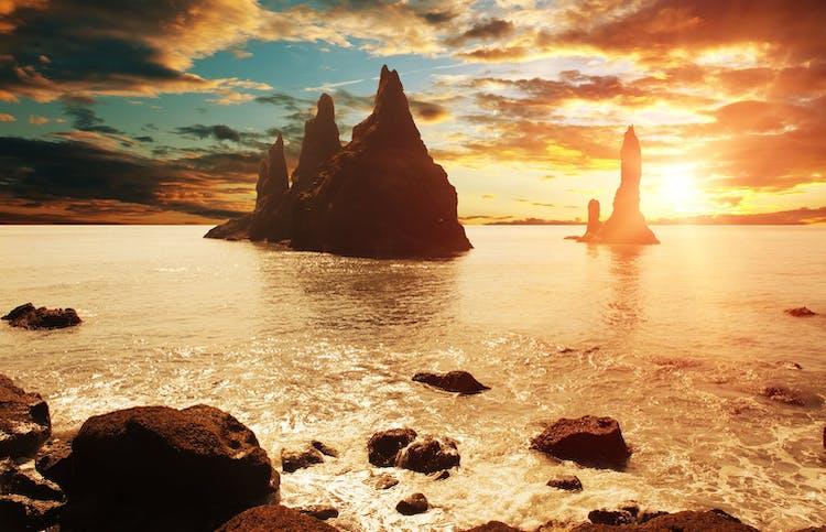 Formacje skalne Reynisfjara to popularne miejsce wykorzystywane przez profesjonalnych i amatorskich fotografów.