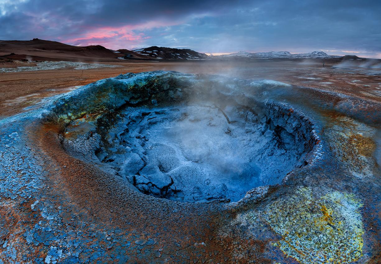 Obszar geotermalny Namaskard znany jest z żywych kolorów i parujących basenów pełnych błota.