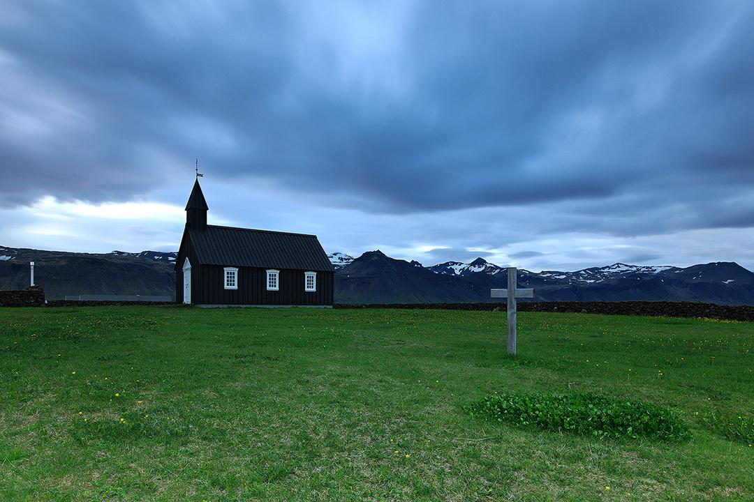 Die Búdakirkja-Kirche auf der Halbinsel Snaefellsnes ist ein perfektes Beispiel für eine traditionelle isländische Kirche.