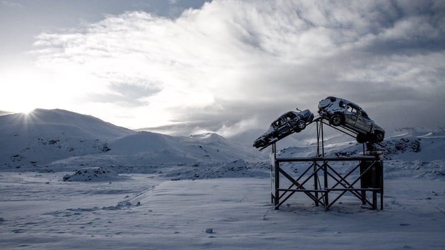 凍結した道路に注意すべき、冬のアイスランドでのドライブ