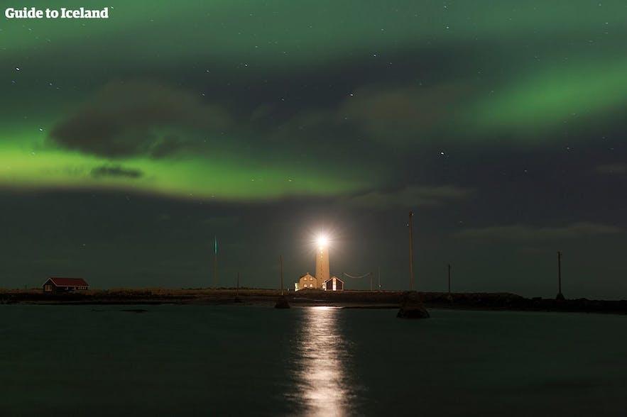 Die Aurora über dem Grotta-Leuchtturm in Reykjavik.