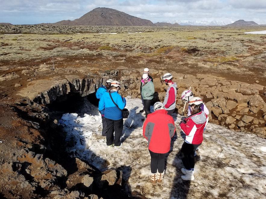 広い溶岩台地の中にあるレイザレンディの洞窟