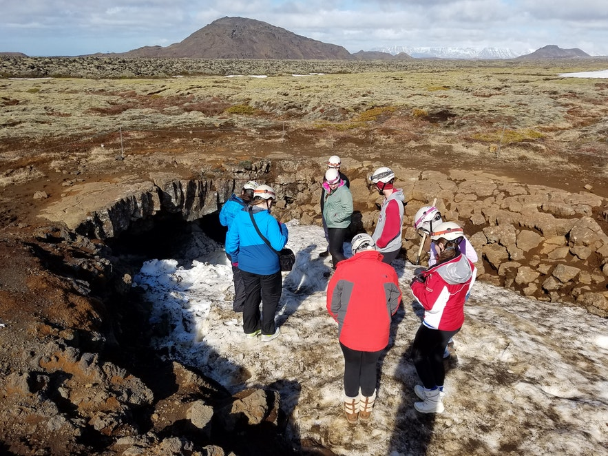 Ingången till Leiðarendi är alltid blockerad av snö under vintern och våren, men är ändå framkomlig för de äventyrliga.