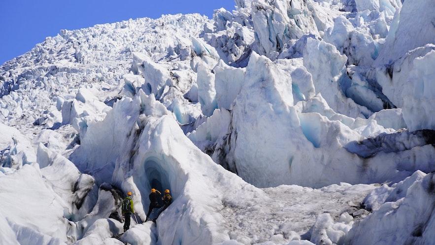 スカフタフェルスヨークトル氷河で堪能できるドラマチックな氷河の景色