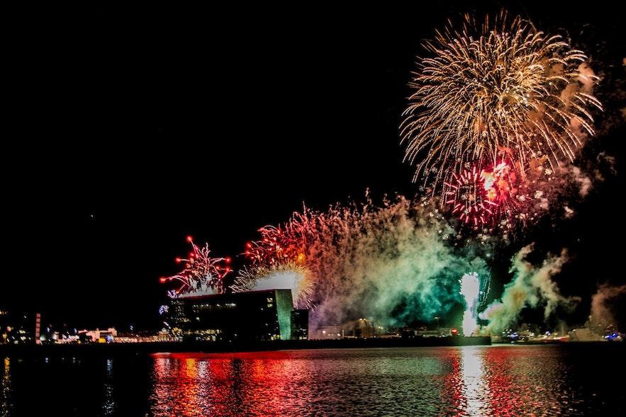 ファクサフロゥイ湾から見たハルパ・コンサート・ホールと年越し花火