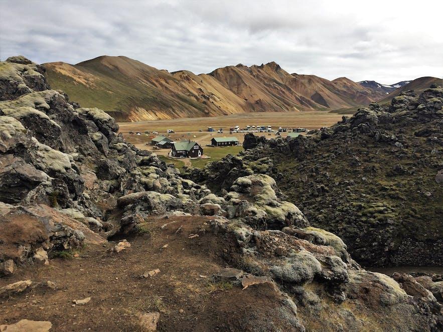 Die Haupthütte und der Campingplatz bei Landmannalaugar