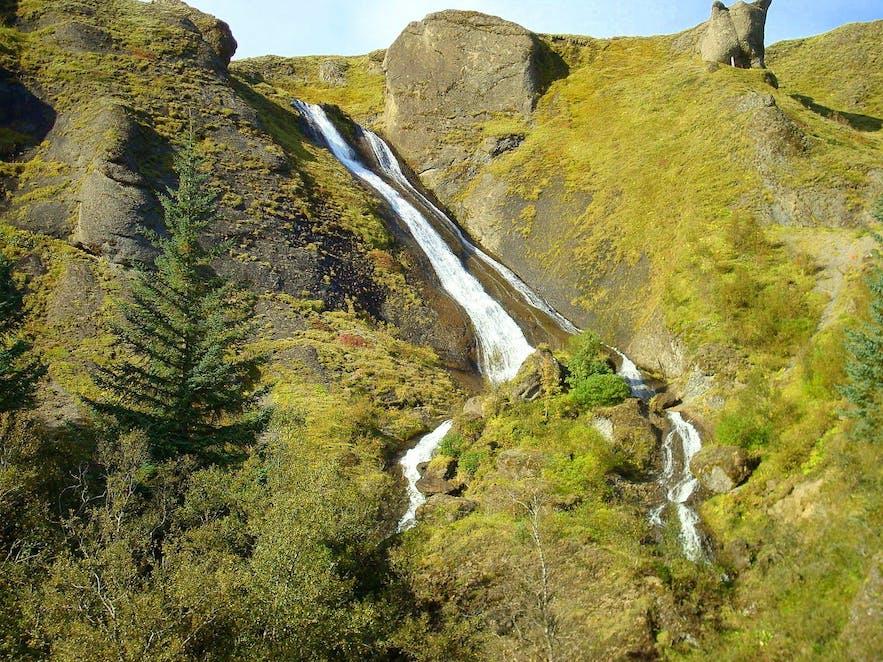Systrafoss ligger i landsbyen Kirkjubæjarklaustur på Islands sydkyst