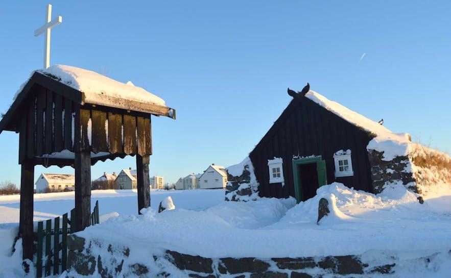 En traditionell isländsk torvkyrka på vintern.