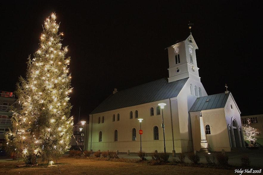 ต้นคริสต์มาสออสโลที่ในเรคยาวิก ภาพจาก Wikimedia, Creative Commons โดย Helgi Halldórsson