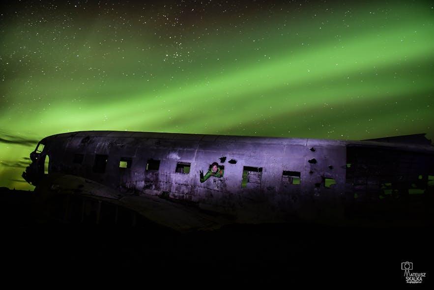 Na zdjęciu autor tekstu w trakcie polowania na zorzę polarną przy słynnym wraku samolotu. Zdjęcia autorstwa Mateusza Skałki w czasie wyprawy fotograficznej.